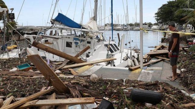 Un yate y escombros en los cayos de Florida