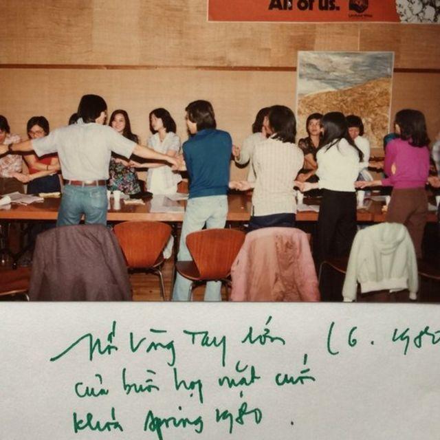 Sinh hoạt tại Đại học Berkeley trong lưu bút 1980 của tác giả. Sinh viên đồng ca Nối Vòng Tay Lớn