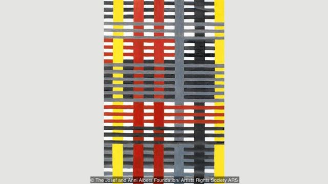 Wallhanging, 1926, karya Anni Albers mewakili tipikal karyanya dengan gaya geometri dan presisi khas Bauhaus.