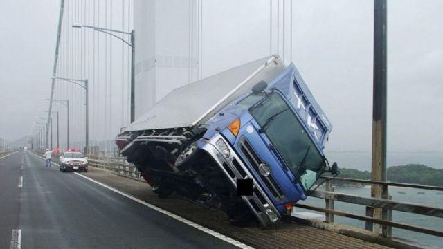 ลมมีความแรงถึงขั้นที่ทำให้รถบรรทุกพลิกคว่ำได้