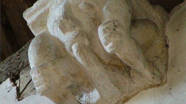 Escultura na Igreja de Avening, em Gloucestershire