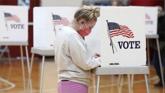 Mujer vota en las elecciones en EE.UU.