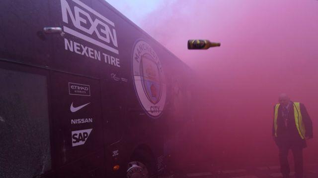 Le bus de Manchester City attaqué par des supporters de Liverpool.