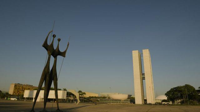 Praça dos Três Poderes em dia de sol em Brasília