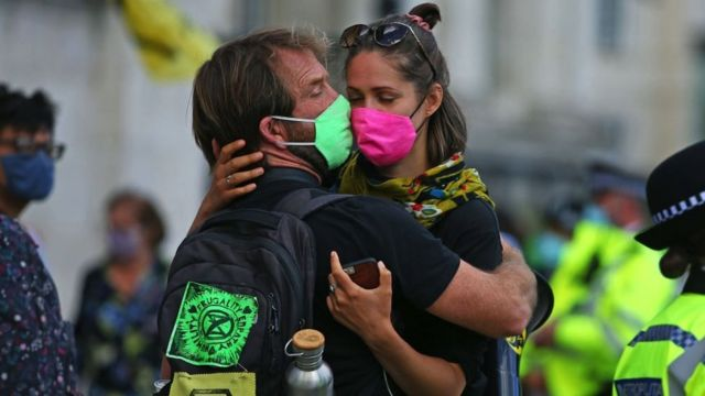 Manifestantes climáticos se abrazan en Trafalgar Square