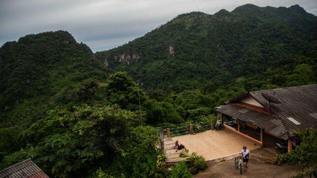 A montanha que abriga a caverna onde os meninos e seu técnico foram resgatados