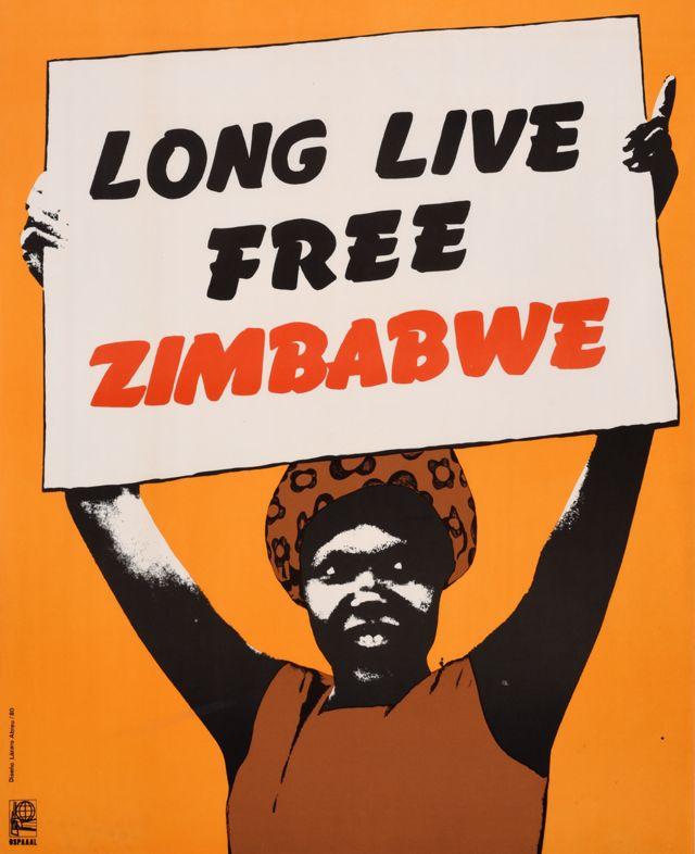 Une affiche Ospaaal intitulée Vive le Zimbabwe libre, 1980 montrant une femme brandissant une bannière avec cette phrase