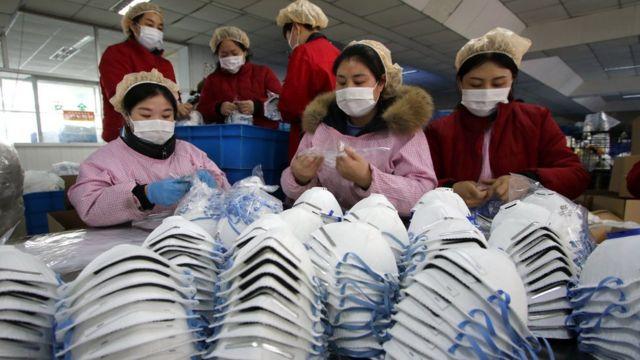 Trabajadores usando máscaras.
