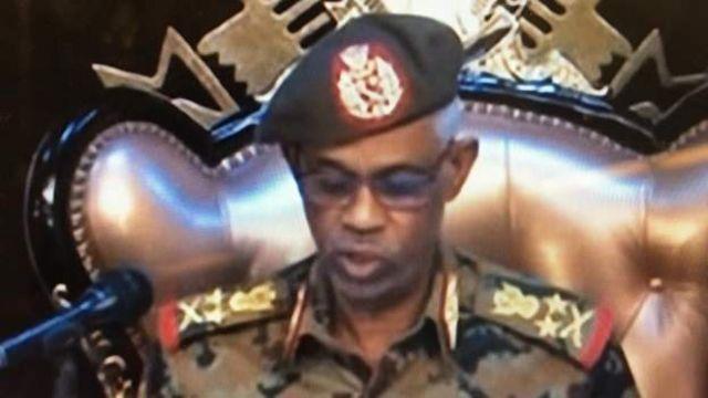 Министр обороны зачитывает заявление по ТВ