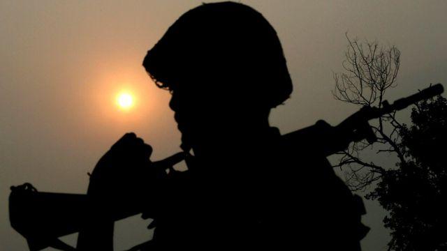 नियंत्रण रेखा पर तैनात भारतीय जवान