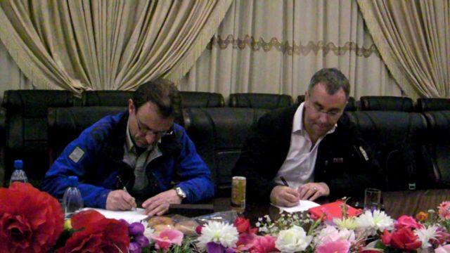 謝罪の手紙に署名するウィングフィールド=ヘイズ記者とジョー・フロ―ト・アジア総局長(写真は北朝鮮側が撮影)