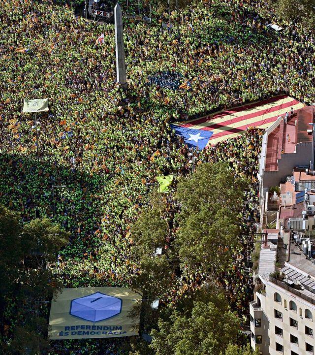 デモ主催者は100万人以上が参加したと述べた(11日、スペイン・バルセロナ)