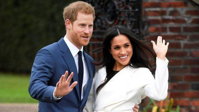 """當一名記者問哈里何時對馬克爾有""""非她莫屬""""的感覺時,王子回答說:""""我們是一見鍾情""""。"""