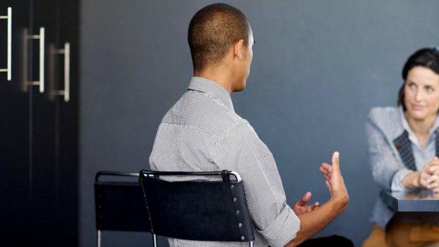 Даже самый вежливый специалист, проводящий собеседование, может исподволь проявлять предубеждение, что способно отразиться на результатах разговора с кандидатом