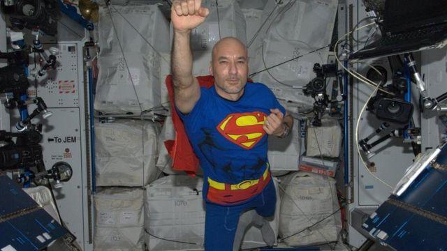 """رائد فضاء يرتدي زي """"سوبرمان"""""""