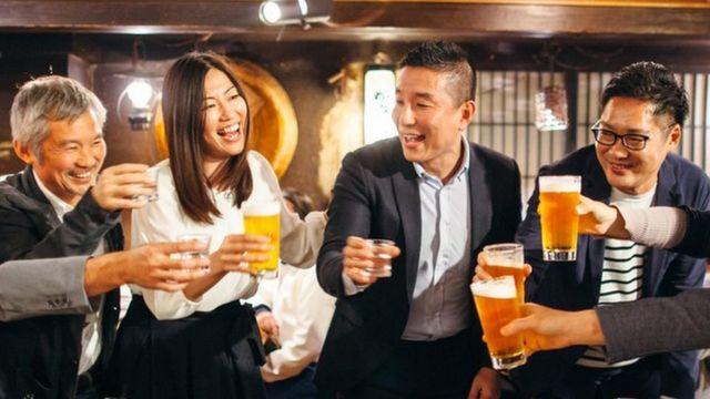 Grupo de japoneses brindando