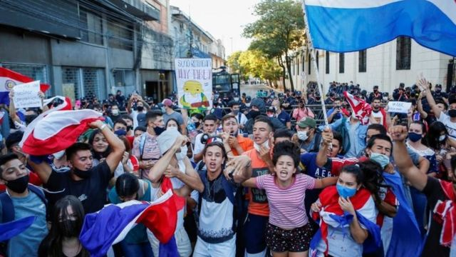 Protests in Paraguay against the management of the pandemic.