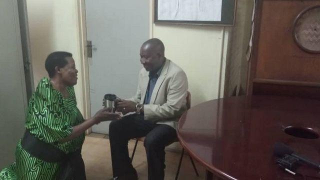 Mwandishi wa BBC, Issack Mumena akipokea kikombe cha maji