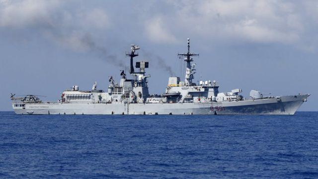 リビア沖でゴムボートに乗った移民の救助に当たったイタリア海軍の駆逐艦「フランチェスコ・ミンベリ」