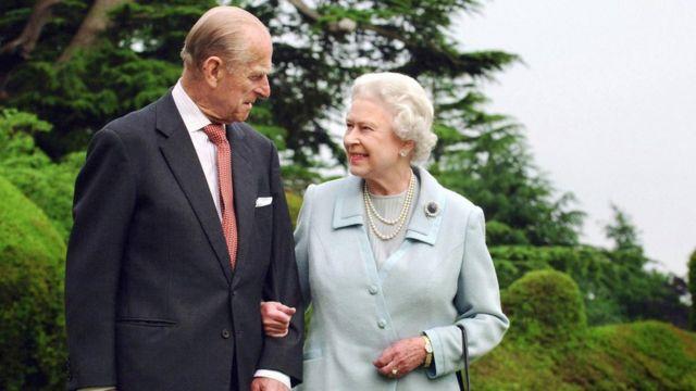 英國女王伊麗莎白二世(右)與最近去世的菲利普親王(左)資料照片。