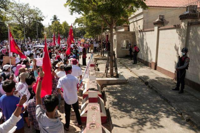 很多人手举标语和昂山素季所在政党缅甸全国民主联盟的旗帜表达不满。
