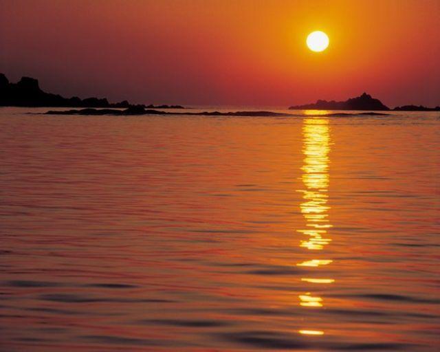 Luz del Sol sobre la superficie del mar