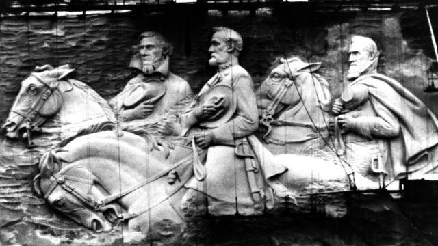 Monumento tallado en piedra que conmemora a los líderes confederados, en Atlanta, Georgia