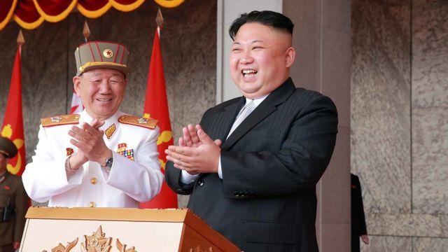 Kuzey Kore lideri Kim Jong-un bir askeri geçit töreninde.