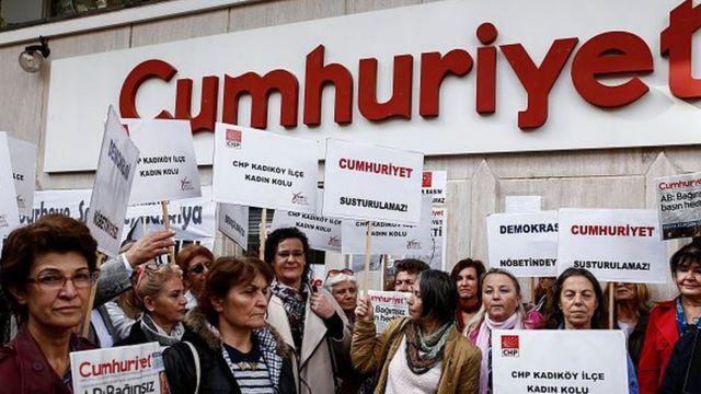 Il a été dénoncé par un policier assurant la sécurité du siège de Cumhuriyet à Istanbul, selon le quotidien.