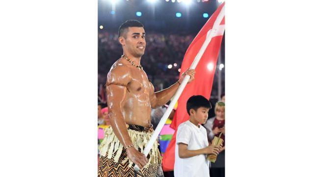 Le porte drapeau des Iles Tonga a fait forte impression en défilant le torse nu enduit d'huile.