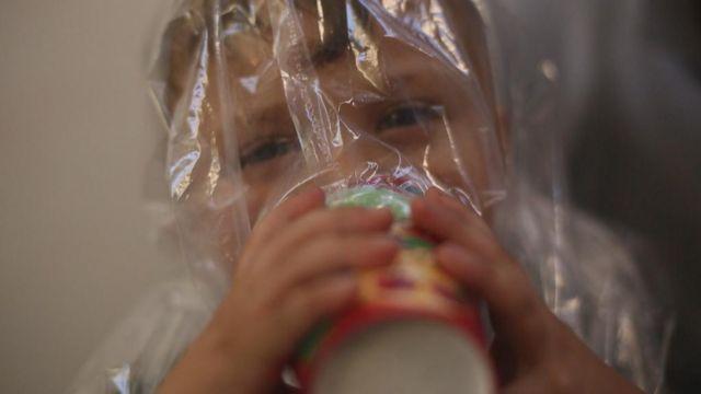 เด็กที่สวมหน้ากากป้องกันแก๊สทำเอง