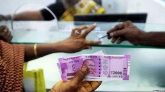 नोटाबंदीनंतर 2,000 रुपयांची नोट स्वीकारणारी महिला