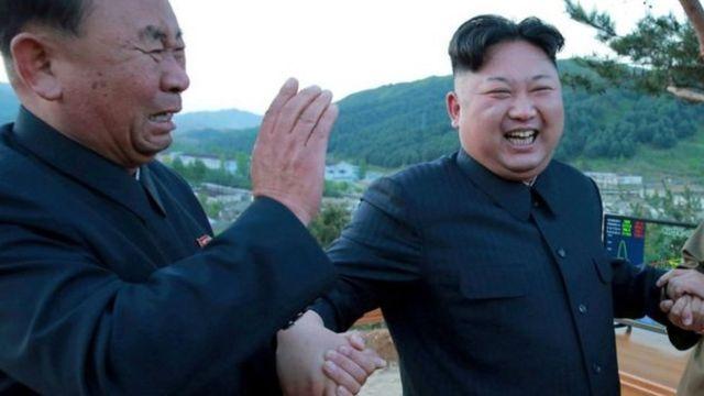 李炳哲被拍到与金正恩一起大笑。