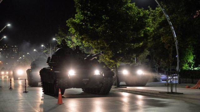 Los medios estatales informaron que el edificio del Parlamento en Ankara fue afectado por una bomba y la cadena de televisión privada NTV indicó que un avión de combate del gobierno derribó en esa misma ciudad un helicóptero militar que era tripulado por fuerzas golpistas, tal como lo había ordenado el primer ministro Binali Yildirim.