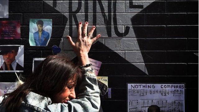 Fã em mural homenageando Prince