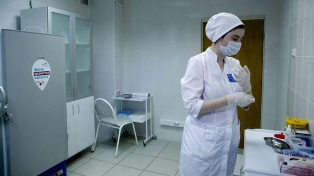В информированном согласии, которое заполняют участники вакцины, подчеркивается: участие в испытаниях абсолютно добровольное, а отказаться от него можно в любой момент
