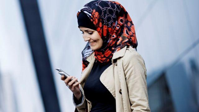 सोशल मीडिया और इंटरनेट पर महिलाएं