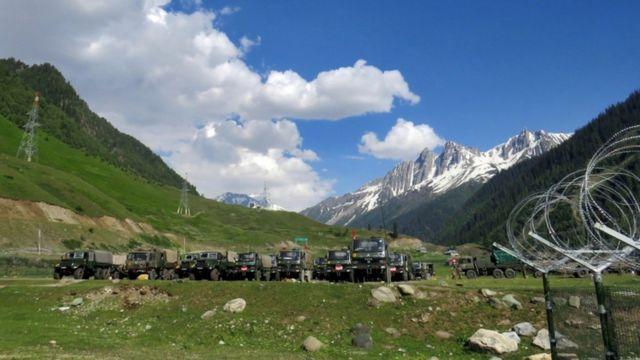 Soldados indios en el sureste de Srinagar el 16 de junio antes de partir hacia Ladakh.
