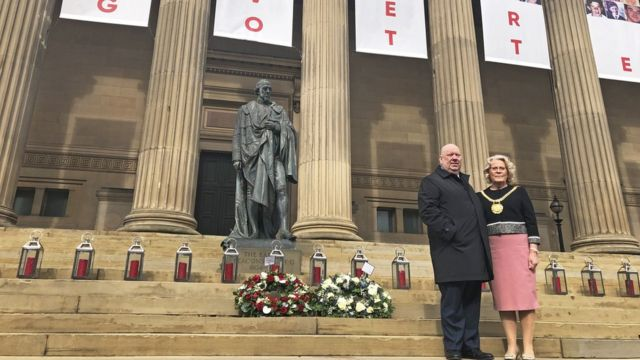 Gradonačelnik Džo Anderson i počasna gradonačelnica Kristina Benks na stepenica Sent Džordž Hola