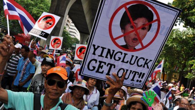 ผู้ประท้วงเรียกร้องให้นางสาวยิ่งลักษณ์ ชินวัตรลาออกจากตำแหน่งนายกรัฐมนตรี ในปี 2557