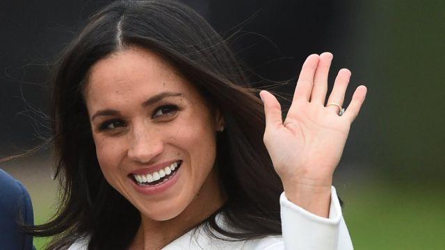 Meghan Markle saluda con el anillo puesto