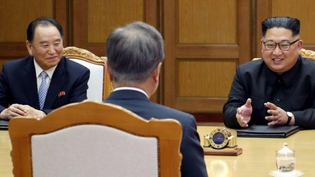 Kim Yong-chol (L) and North Korean leader Kim Jong Un (R) in talks with South Korean President Moon Jae-in (C), 26 May 2018