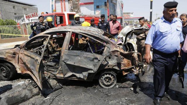 Fuerzas de seguridad inspeccionan la escena de un ataque suicida en abril de este año en Basra.