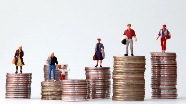 Pilhas de moedas com alturas diferentes, em cimas das quais estão bonequinhos representando pessoas com perfis diferentes: uma família, idosa, homem, mulher...