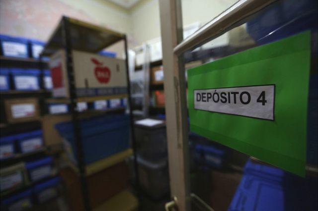 Un depósito donde se encuentran cajas azules que contienen los huesos de los desaparecidos.