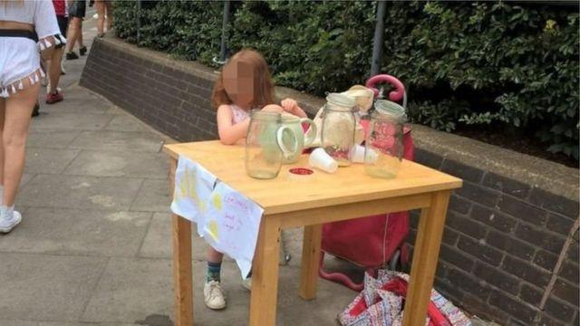 Девочка торгует в Лондоне