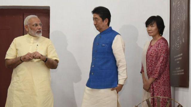 साबरमति आश्रम में शिंज़ो आबे और उनकी पत्नी के साथ नरेंद्र मोदी.
