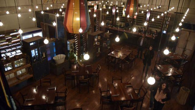 Restaurante con bombillas y con lámparas de colores.