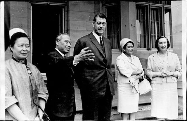 จอมพล ถนอม กิตติขจร นายกรัฐมนตรีและรัฐมนตรีว่าการกระทรวงกลาโหมของไทยในขณะนั้น เข้าเยี่ยม เซอร์โรเดน คัตเลอร์ ผู้ว่าการรัฐนิวเซาท์เวลส์ ของออสเตรเลีย
