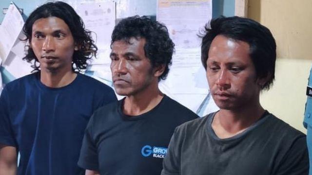 Tiga nelayan Indonesia setelah diselamatkan.